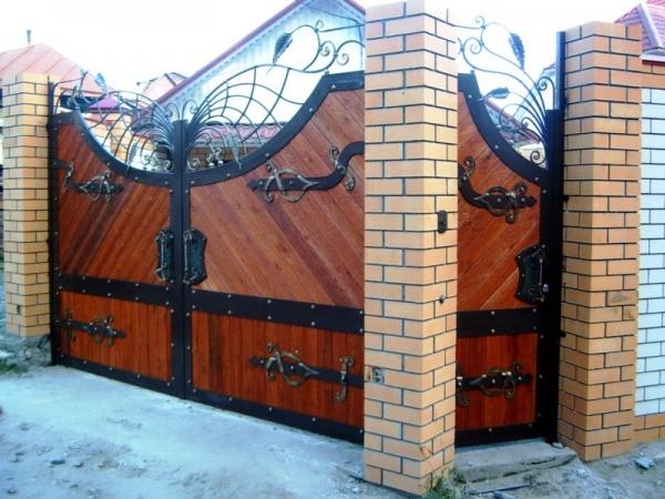 Кованые ворота с деревом.